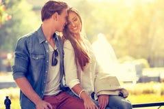 Couples de sourire dans l'amour extérieur Image libre de droits