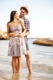Couples de sourire dans l'amour se tenant à la plage et à étreindre Photographie stock libre de droits