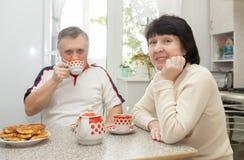 Couples de sourire dans la cuisine photographie stock