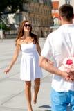 Couples de sourire dans la ville Photographie stock libre de droits