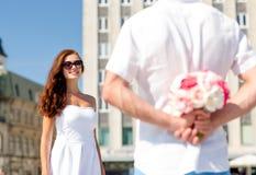 Couples de sourire dans la ville Photos stock
