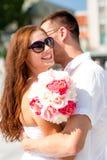 Couples de sourire dans la ville Photo libre de droits