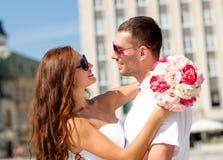 Couples de sourire dans la ville Images stock