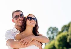 Couples de sourire dans la ville Images libres de droits