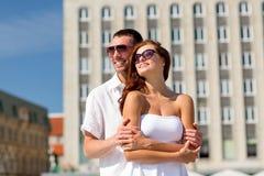 Couples de sourire dans la ville Photographie stock