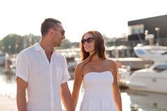 Couples de sourire dans la ville Photo stock