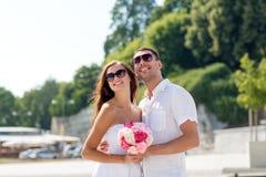 Couples de sourire dans la ville Image libre de droits