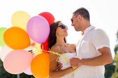 Couples de sourire dans la ville Image stock