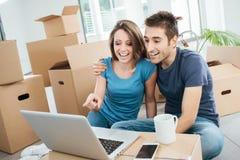 Couples de sourire dans leur nouvelle maison images libres de droits