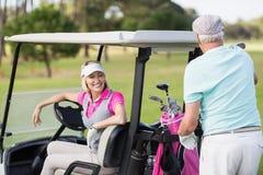 Couples de sourire de golfeur Images libres de droits
