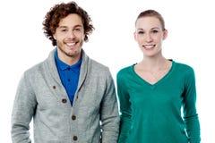 Couples de sourire de mode posant ensemble Image stock