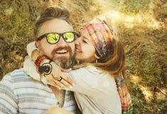 Couples de sourire de style indépendant, homme de embrassement de femme, équipement de hippie, boho chic Images libres de droits