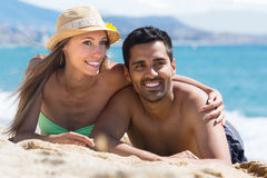 Couples de sourire des amants sur la plage sablonneuse Images libres de droits