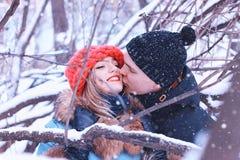 Couples de sourire du jeune hiver d'amants Photographie stock libre de droits