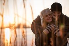 Couples de sourire embrassant l'extérieur en hivers Photographie stock