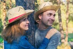 Couples de sourire en parc Photo stock