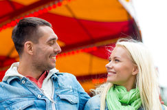 Couples de sourire en parc d'attractions Images libres de droits