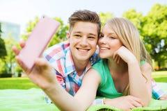 Couples de sourire en stationnement Photos libres de droits