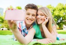 Couples de sourire en stationnement Photo stock