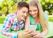 Couples de sourire en stationnement Photographie stock libre de droits