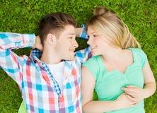 Couples de sourire en stationnement Photo libre de droits