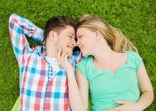 Couples de sourire en stationnement Photographie stock
