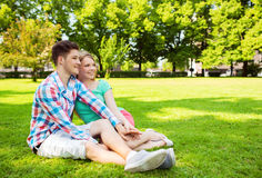 Couples de sourire en stationnement Images libres de droits