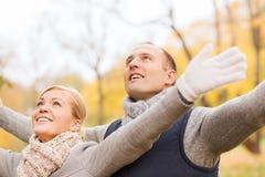 Couples de sourire en stationnement d'automne Images stock