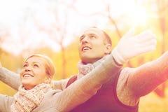 Couples de sourire en stationnement d'automne Photos libres de droits