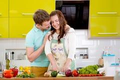 couples de sourire faisant cuire la tarte aux pommes à la cuisine à la maison Photos libres de droits