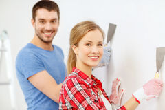 Couples de sourire faisant des rénovations à la maison photographie stock