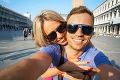 Couples de sourire faisant la photo de selfie Images libres de droits