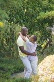 Couples de sourire heureux à étreindre Images libres de droits