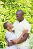 Couples de sourire heureux à étreindre images stock