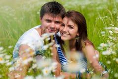 Couples de sourire heureux étreignant à l'extérieur Photo libre de droits