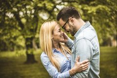 Couples de sourire heureux Photos stock