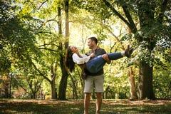 Couples de sourire heureux appréciant ensemble en parc Photos stock