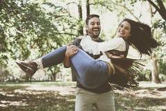Couples de sourire heureux appréciant ensemble en parc Photo stock