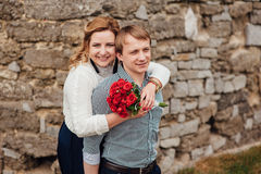 Couples de sourire heureux ayant l'amusement à l'extérieur image libre de droits