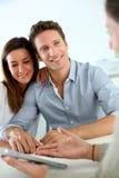 Couples de sourire heureux d'acheter la nouvelle maison images stock