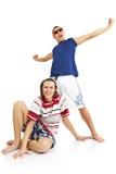 Couples de sourire heureux dans des vêtements de plage Photos libres de droits