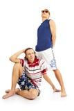 Couples de sourire heureux dans des vêtements de plage Images libres de droits