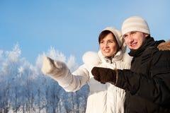Couples de sourire heureux dans l'amour Image stock