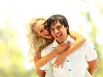 Couples de sourire heureux dans l'amour Photographie stock