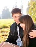 Couples de sourire heureux dans l'amour ayant l'amusement Photo stock
