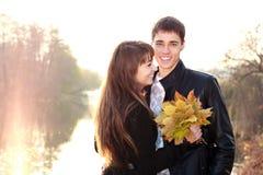 Couples de sourire heureux dans l'amour ayant l'amusement Images libres de droits