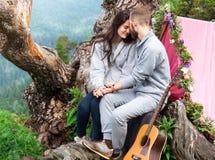 Couples de sourire heureux dans l'amour, jeunes beaux couples à la montagne Photo stock