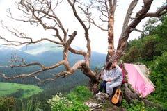 Couples de sourire heureux dans l'amour, jeunes beaux couples à la montagne Images libres de droits