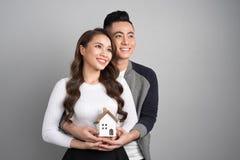 Couples de sourire heureux dans l'amour se tenant avec un modèle artificiel o Image libre de droits