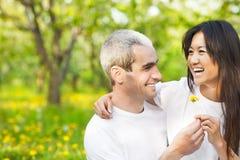 Couples de sourire heureux dans le jardin d'amour au printemps Photos libres de droits